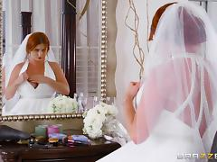 Impeccable redhead bride kneel down on the bed for the hard stuffing tube porn video