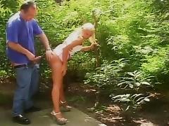 papa  defonce sa fille dans le jardin tube porn video