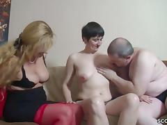 Er bekommt seinen ersten Dreier mit Freundin von seiner Alte tube porn video