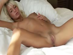 Blonde beauty spreads pink hole tube porn video
