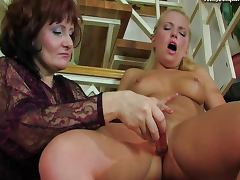 Curiosity leads a mature gal to no good tube porn video
