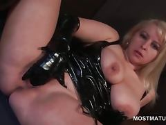 Mature tramp in latex riding dildo and finger fucking cunt tube porn video