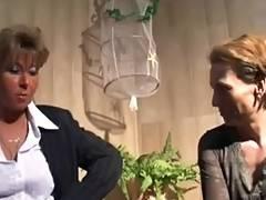 Frauen die gern mal die Klammotten ausziehen three tube porn video