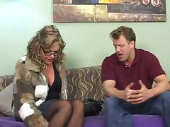 This cougar is fucking doggystyle and she is also sucking a real good dick, girl has got some skills tube porn video